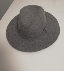 Stradivarius šešir