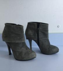 Niske čizme s visokom petom od 10 cm