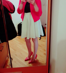 Kratki crveni sako i bijela suknja