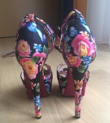Cipele na petu sa cvjetnim uzorkom