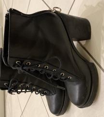 Crne visoke čizme na petu