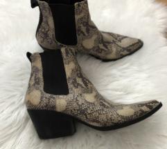 Čizme sa zmijskim uzorkom