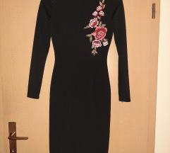 Uska crna haljina s našivenim cvjetnim detaljima