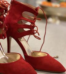 Crvene cipele na povišenu petu