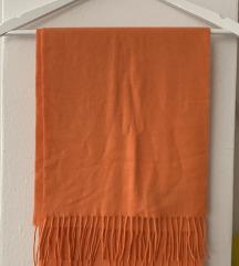 Nenošeni narančasti šal