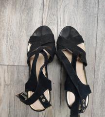Crne sandale na putu petu