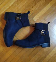 Tamno plave cizme