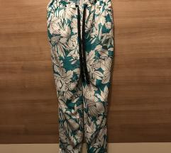 Nenošene Zara cvjetne hlače