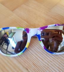Nove, šarene, sunčane naočale, ogledalo stakla