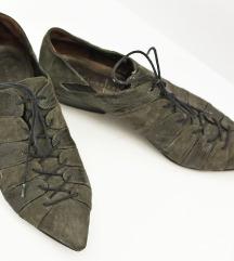 Posebne šiljaste cipele na vezanje od kože
