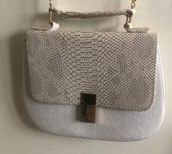Bijela torbica sa zmijskim uzorkom