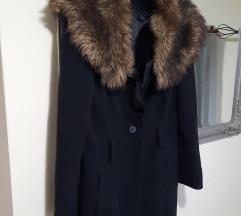 Crni kaput sa rolkom od krzna%