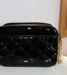 Carpisa Crna lakirana torbica