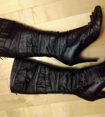 Atraktivne crne kožne čizme