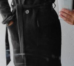 Crni kaputić na vezanje
