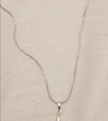 Srebrni lančić sa staklenim križem