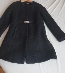 Elegantni crni kaput sa pojasom i metalnom kopčom