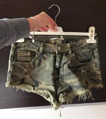 Bershka- maskirne kratke hlačice