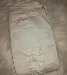 LOT dvoje bijele traperice