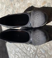 Zatvorene cipele sa punom petom