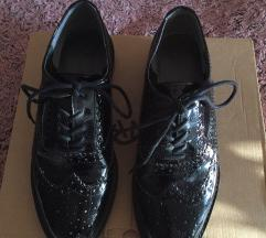 lakirane ženske cipele