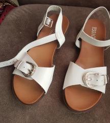 Nove sandale cel 38