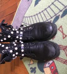 Kožne čizme sa biserima.