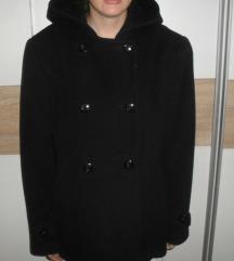crni zimski kaputić sa kapuljačom