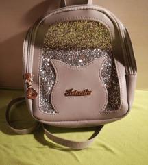 Mali srebrni ruksak sa sljokicama