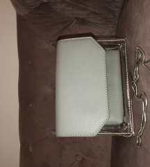 Siva torbica s srebrenim lancem