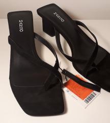 Criss-cross straps sandals