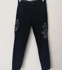 Mom jeans Crne izvezene traperice
