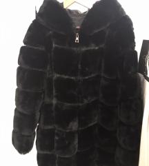 Crna krznena bunda