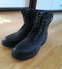 Crne čizme sa zakovicama na vezanje