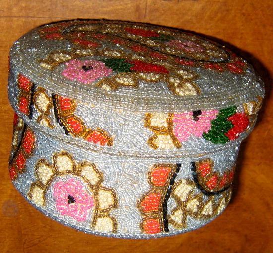 kutija napravljena od perlica za nakit i sl.