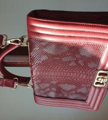 Crvena torbica s uzorkom