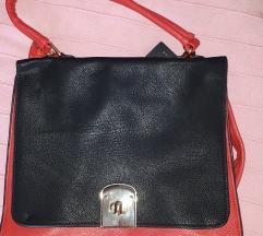 Crno crvena torba s etikeom