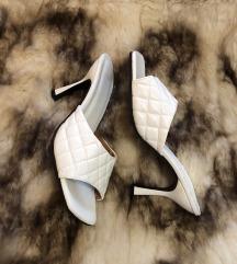 Nove bijele papuče na petu