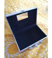 Mali kofer za šminku