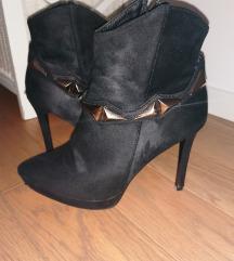 Crne čizme na visoku petu