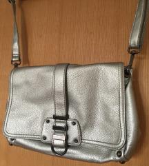 Odlična H&M metalik srebrna torbica