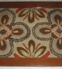 tapiserija u drvenom okviru pod staklom