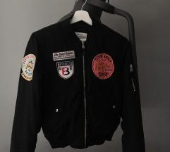 bershka crna bomber jakna s uzorcima