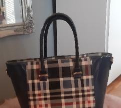 Tamnoplava torba, kao Burberry uzorak