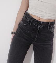 mom fit jeans sa uzorkom na nogavicama