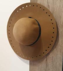 Bež smeđi šešir sa izrezanim srcima