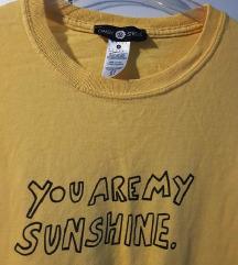 Žuta majica s natpisom