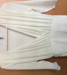 Bijela haljina sa naglašenim ramenima