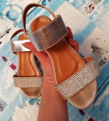 Srebrne sandale na autopetu