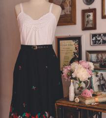 Bijela šlingana bluza i crna vintage suknja